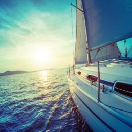 Voilier sur la mer face à un levé de soleil