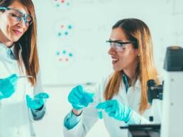 Deux femmes scientifique au travail